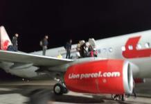 penumpang Lion Air berhamburan keluar dari dalam pesawat melalui pintu darurat, Senin(28/5) malam di Bandara Supadio Kubu Raya.
