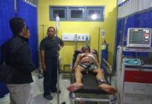 Dirawat: Median Sukaton, warga yang ditemukan dengan luka tusukan di KM 4, Jalan Sekadau-Sintang, Selasa malam (29/5) dirawat intensif di RSUD Sekadau. (Warga for eQuator.co.id)