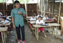 SUPER SEDERHANA. Belasan pelajar saat proses belajar mengajar di bangunan sekolah jarak jauh di Dusun Keluas Meniba, Desa Harapan Jaya, Kabupaten Melawi, yang memprihatinkan. Bangunan tersebut beratapkan daun, berdinding ulit kayu dan berlantaikan tanah. Foto diambil belum lama ini. Warga for Rakyat Kalbar