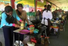 KOKI PACERI NANAS. Para peserta mempersiapkan masakannya dalam lomba memasak Paceri Nanas besutan Jewita Kalbar di halaman A. Yani Mega Mal Pontianak, Sabtu (5/5). Nova Sari-RK