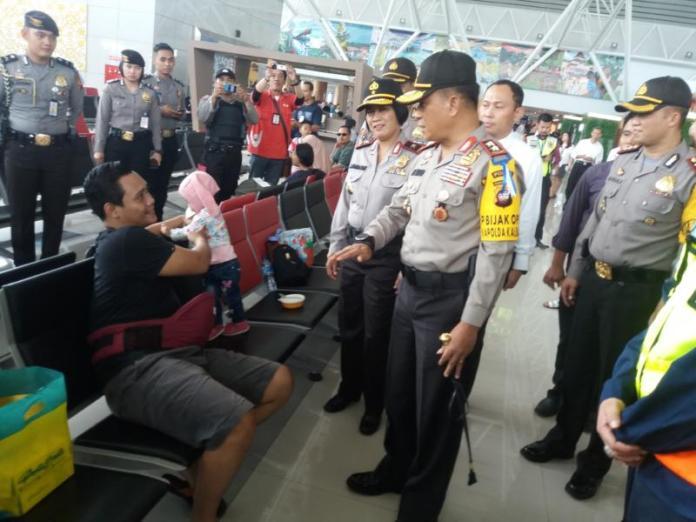 SAPA PEMUDIK. Kapolda Kalbar Irjen Pol Didi Haryono berbincang-bincang dengan pemudik di Bandara Supadio Kubu Raya, Senin (11/6). Andi Ridwansyah-RK