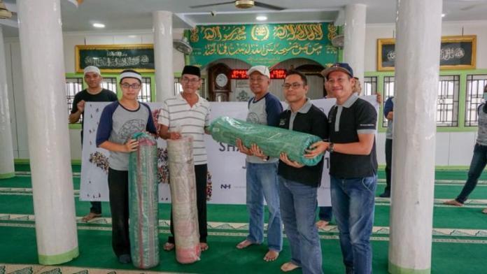 BANTUAN. Penglola Hotel Aston dan Neo Pontianak menyerahkan bantuan sajadah kepada pengurus Masjid Baiturrahman Pontianak, Kamis (7/6). Humas Hotel Aston for RK