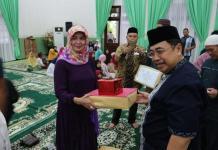 BANTUAN. Dodi Riyamadji menyerahkan bantuan kepada Mahmudah untuk sejumlah masjid yang ada di Kota Pontianak di Aula Rumah Dinas Wali Kota, Senin (11/6). Humas for RK