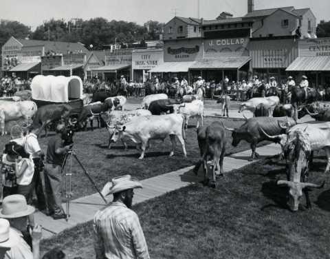 HISTORIS. Foto bersejarah parade ternak di jalan utama Dodge City, KS. (1966). Business Wire