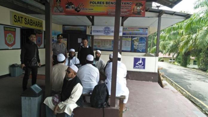 DIPERIKSA. Delapan warga India beserta Jamaah Tabligh lainnya menjalani pemeriksaan di Mapolres Bengkayang, Sabtu (2/6). Kurnadi-RK