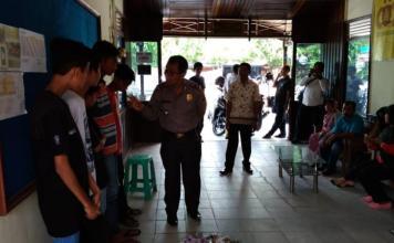 PEMBINAAN. Kompol Bermawis memberikan pengarahan kepada lima remaja yang kedapatan sedang ngelem di Mapolsek Pontianak Barat, Kamis (21/6). Polisi for RK