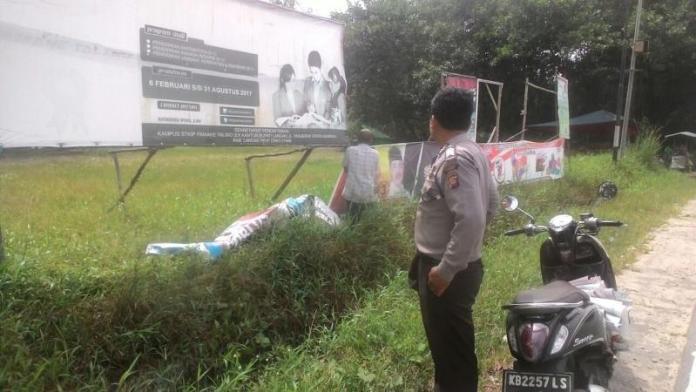 PENERTIBAN. Anggota Polsek Mandor membantu penertiban APK, Minggu (24/6). Antonius-RK