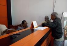 PEMBAYARAN THR. Petugas melayani pensiunan Polri saat menerima THR di Kantor Pos Singkawang, Kamis (7/6)—SUHENDRA/RK