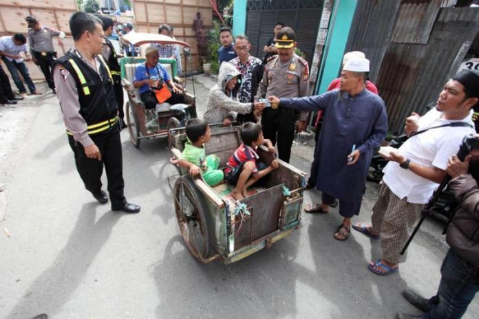BERKAH ZAKAT. Ribuan penarik becak di Kota Makassar menikmati berkah zakat, Senin (28/5). Mereka antre di Jalan Mairo Makassar untuk mendapatkan pembagian zakat. Zakat sungguh bermakna. Nurhadi-Fajar