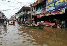 TRANSPOTASI AIR DI DARATAN. Banjir melanda pasar Laja Desa Paal, Nanga Pinoh, Melawi, Minggu (3/6). Warga terpaksa menggunakan sampan untuk beraktivitas. Feri for Rakyat Kalbar