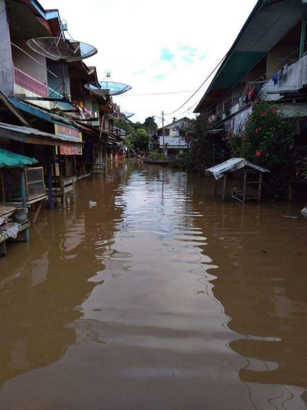 TERENDAM. Akses jalan di pasar Desa Menukung Kabupaten Melawi terendam banjir, Jumat (1/6). Warga for RK