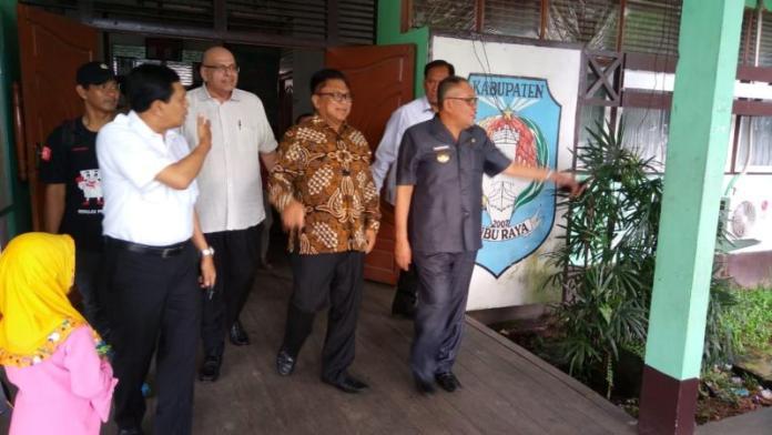 TINJAU. OSO didampingi Rusman Ali meninjau kesiapan KPU Kubu Raya dalam menyelenggarakan pemungutan suara Pilkada serentak, Selasa (26/6). Syamsul Afirin-RK