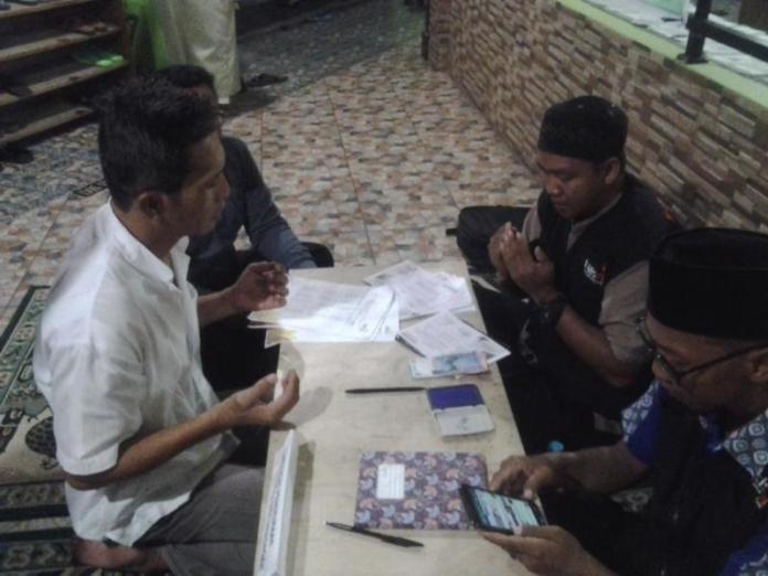 ZAKAT FITRAH. Petugas UPZ Lazismu Masjid Ash Shobirin saat melayani mustahiq yang membayar zakat fitrah, Sabtu (9/6). Bangun Subekti-RK