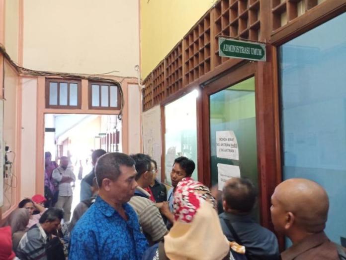 DIPADATI PEMOHON. Pemohon surat keterangan kesehatan jiwa antre di loket pendaftaran RSJ Sungai Bangkong, Jalan Alianyang, Pontianak, Jumat, (6/7). Andi Ridwansyah-RK