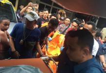 EVAKUASI. Polisi mengevakuasi jasad korban pembunuhan di Gang Landak Jalan Tanjungpura Kecamatan Pontianak Selatan, Kamis sore (5/7). Andi Ridwansyah-RK