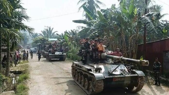 NAIK TANK. Para pelajar SD 17 di Desa Purun Kecil menaiki kendaraan tempur jenis tank bersama prajurit Yonkav 12/BC, Jumat (27/7)--Pendam XII Tpr for RK
