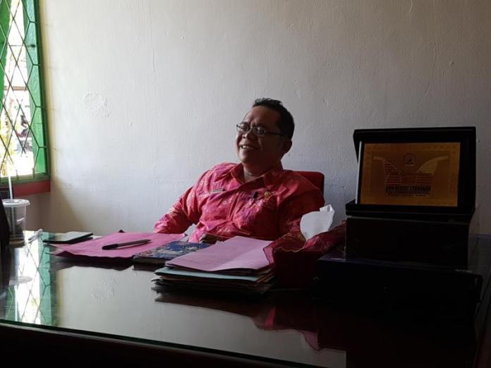 Ramah. Kepala SMA Negeri 1 Sungai Raya, Sukandi, S.Pd, M.Si begitu ramah melayani pertanyaan wartawan Rakyat Kalbar yang mewawancarainya di ruang kerjanya, Jumat (13/7). Andry Soe/Rakyat Kalbar
