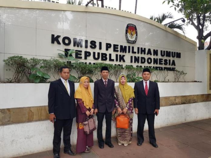 KETUA KPU SAMBAS. Sudarmi (nomor dua dari kanan) bersama komisioner KPU Sambas lainnya berfoto di depan Kantor KPU RI, belum lama ini. Sudarmi for RK