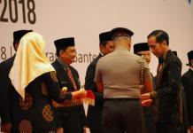TANDA KEHORMATAN. Bupati Kapuas Hulu AM Nasir menerima piagam penghargaan tanda kehormatan Satyalancana Pembangunan dari Presiden pada puncak acara peringatan Hari Koperasi Nasional ke 71 Tahun 2018 di Indonesia Convention Exhibition (ICE-BSD), Tanggerang, Banten, Kamis (12/7). Humas Pemkab for RK