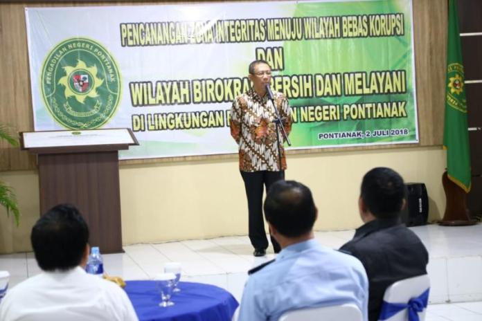 ZONA INTEGRITAS. Sutarmidji memberikan sambutan pada acara pencanangan zona integritas di Pengadilan Negeri Pontianak, Senin (2/7). Humas Pemkot for RK
