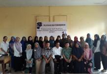 PELATIAN IT. Para guru biologi SMA di Singkawang foto bersama usai pelatihan pembuatan soal berbasis IT untuk meningkatkan kualitas pembelajaran di Singkawang—Panitia for RK