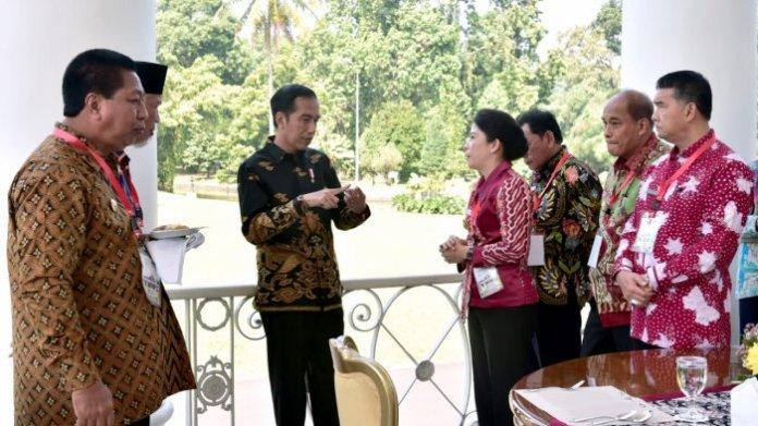 MOHON DUKUNGAN. Wali Kota Singkawang, Tjhai Chui Mie tengah berbincang dengan Presiden Joko Widodo di Istana Bogor, Jawa Barat, Senin (23/7) lalu—Humas for RK