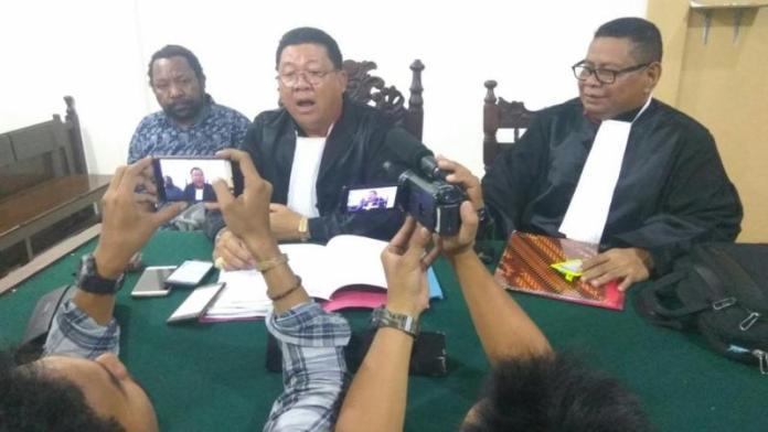 SIDANG. Tim Kuasa Hukum Frantinus Nirigi dan pihak keluarga saat diwawancarai sejumlah wartawan di PN Pontianak, Jumat (3/8)—Yohanes K Irawan for RK