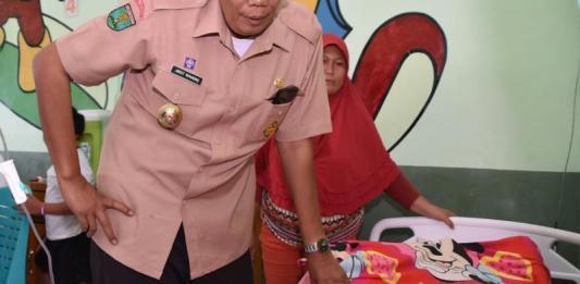 JENGUK PASIEN RS. Bupati Sintang, Jarot Winarno, menjenguk pasien di Rumah Sakit Kesrem Pratama Sintang, di Jalan M.T Haryono, Selasa (14/8). Benidiktus Krismono-RK
