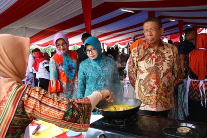 MENINJAU. Sutarmidji melihat peserta yang mengikuti Lomba Memasak Ikan Nusantara 2018 di Taman Alun Kapuas, Kamis (9/8). Maulidi Murni-RK