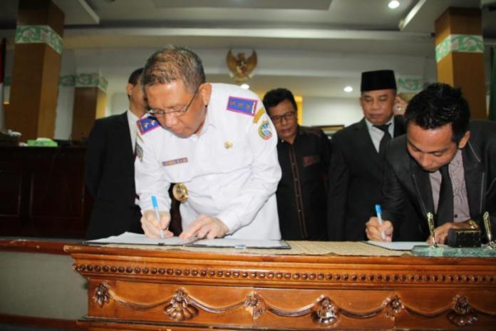 TEKEN KESEPAKATAN. Sutarmidji melakukan menandatangani nota kesepakatan KUPA PPAS Tahun Anggaran 2018 di ruang rapat paripurna DPRD Pontianak, Rabu (1/8). Maulidi Murni-RK