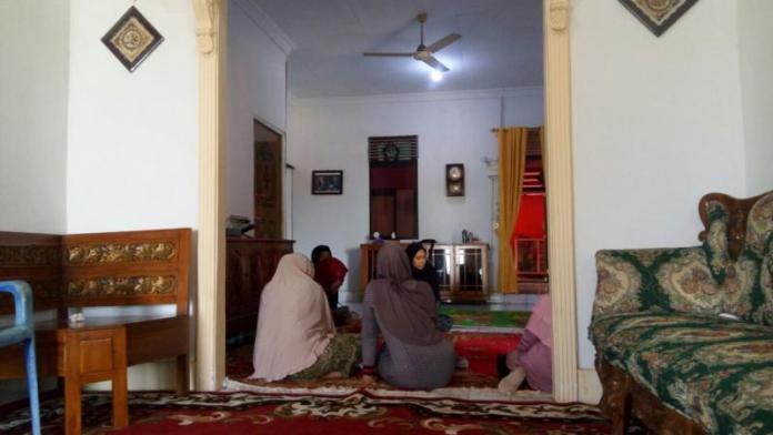 Suasana rumah almarhum Suparto di Jalan Daeng Menambon Rt 01/Rw 01, Desa Kuala Secapah, Kecamatan Mempawah Hilir dipenuhi sanak keluarga, Minggu (8/12). Ari Sandy