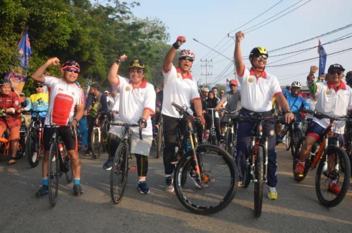 PJ Gubernur Kalbar Dodi Riyadmadji saat melepas Fun Bike, Minggu (12/8). Humas