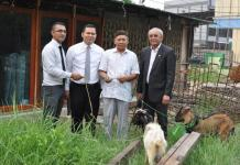 HEWAN KURBAN. Anto W Soemartono menyerahkan hewan kurban kepada salah seorang pengurus Masjid di Kota Pontianak, Senin (20/8). Hotel Aston for RK