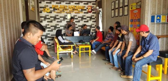 MELAPOR. Puluhan Organisasi Pemuda Katolik dan Pemuda Kristen membuat laporan di Mapolres Sekadau, Rabu (29/8). Warga for RK