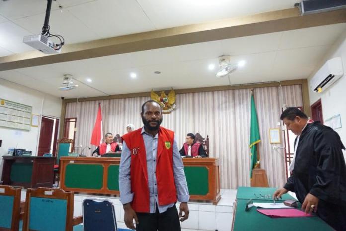 USAI SIDANG. FN usai sidang permohonan eksepsi di PN Mempawah, Selasa (21/8) lalu—Ocsya Ade CP