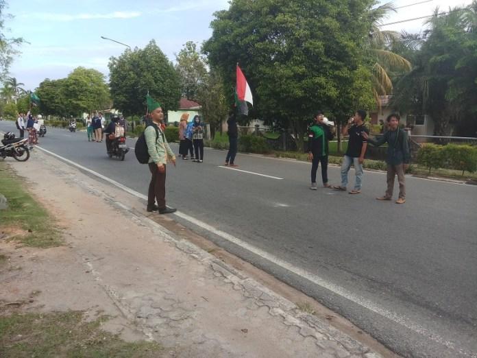 GALANG BANTUAN. Peduli kepada korban gempa di Lombok Provinsi NTB dan Bali, Selasa (7/8), HMI Cabang Mempawah bersama masyarakat melakukan penggalangan dana bantuan di Jalan Opu Daeng Manambon, Mempawah.