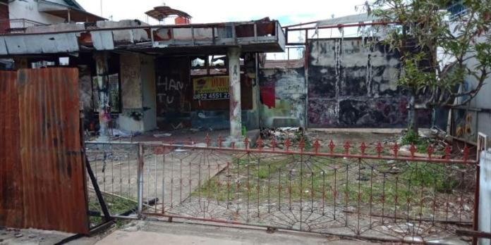 LOKASI JARAHAN. Rumah bekas kebakaran ini nyaris dijarah dua pemuda tak dikenal--Bangun Subekti