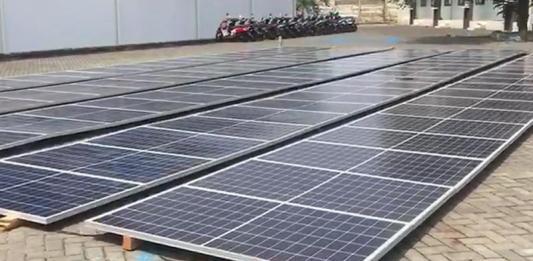 PANAS YANG BISA MENDINGINKAN. Solar panel yang digunakan untuk menghidupkan pabrik es di Labuan Bajo, NTT. Joko Intarto