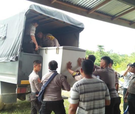Sejumlah barang disita polisi, ketika penggerebekan gudang ilegal di Dusun Kuya Desa Lubuk Sabuk Kecamatan Sekayam, Sabtu (20/10)--ist