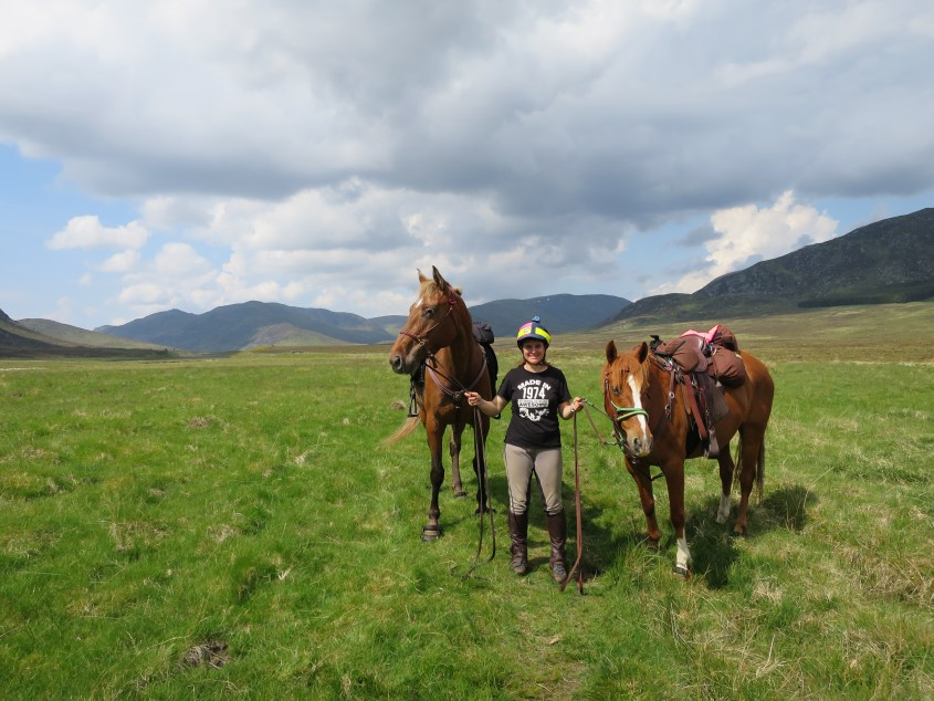 A rare photo of all team members together: from the left it's Swift, rider Claire and Yogi. In the background the wide open landscape is calling for horse riding in Scotland
