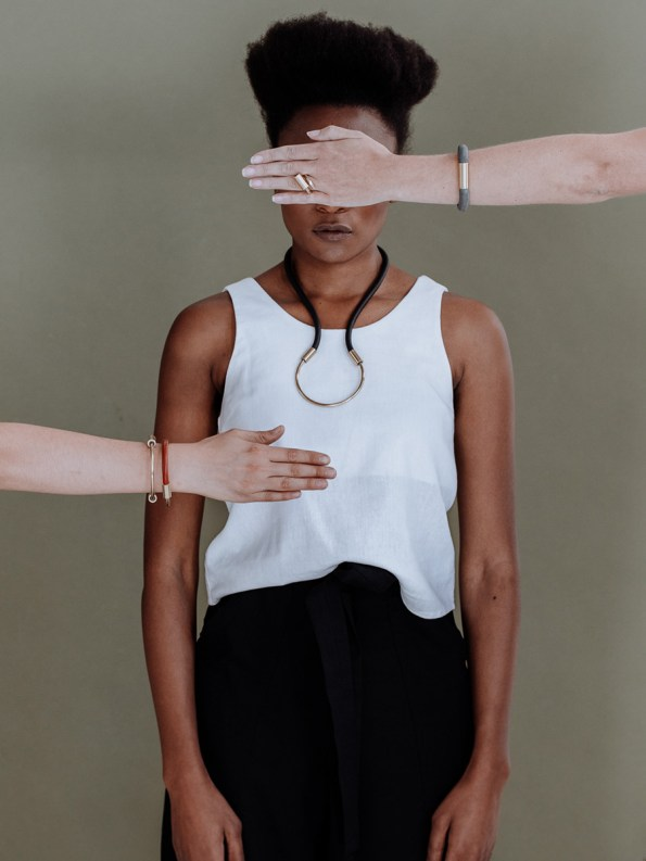 Iloni Flow Necklace Black on Model 2