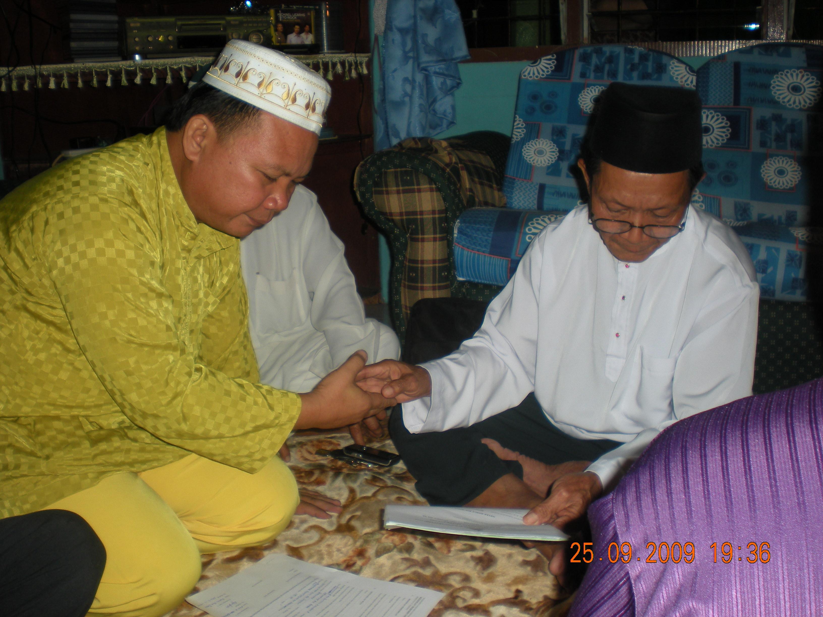 Bapa kandung Suzieyanti, En. Mohd Jeffrin Abdulman sedang membacakan wakalah (perwakilan) untuk akad nikah kepada Imam Hj Hamzah Baba