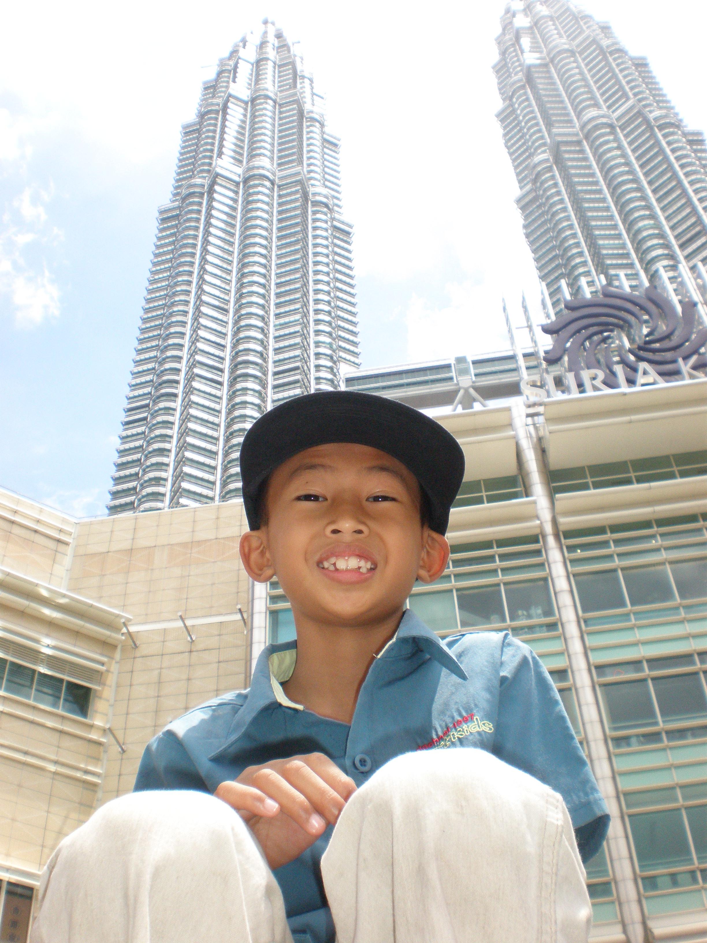 Ahmad Adib Ahadin membelakangi Bangunan Menara KLCC yang indah. Seronok bercuti di KL?