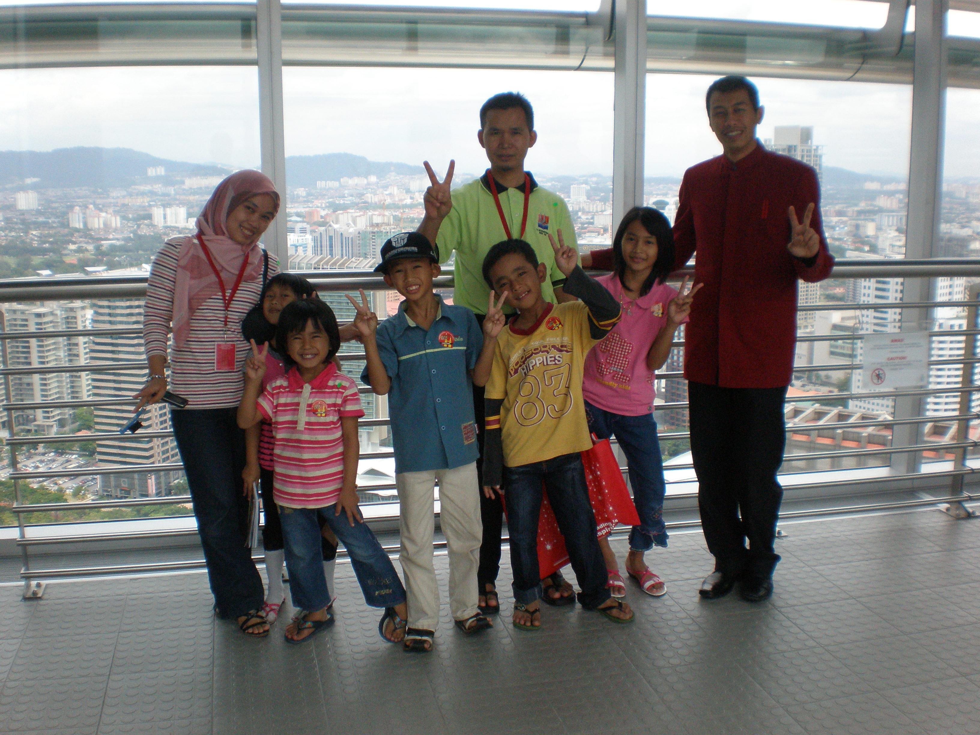 Anggota keluarga ERAKITA bergambar dengan petugas Jejantas. Sebagai orang lama KL, Along dari kiri, menjadi JURUPANDU kami ke Jejantas