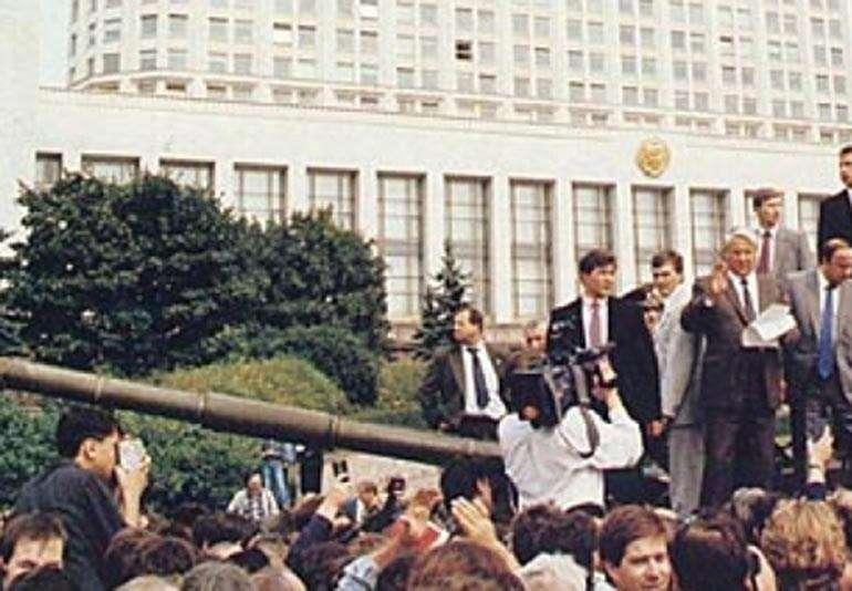 ο Γέλτσιν πάνω στο άρμα προστατεύοντας το κοινοβούλιο