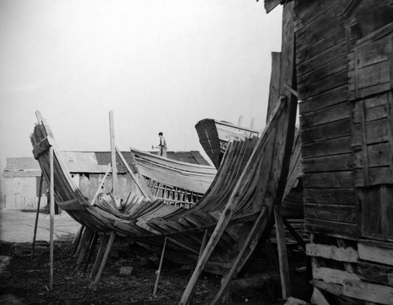 Νοέμβριος του 1944, καρνάγιο Ιερισσού. Μία από τις παλιότερες ως τώρα φωτογραφίες των ναυπηγίων της Ιερισσού. Από τον ΝΖW.G. McClymont (Photos Ref PAColl-4161-01-102) Εθν. Βιβλ. ΝΖ, [αρχείο Χρήστου Καραστέργιου]