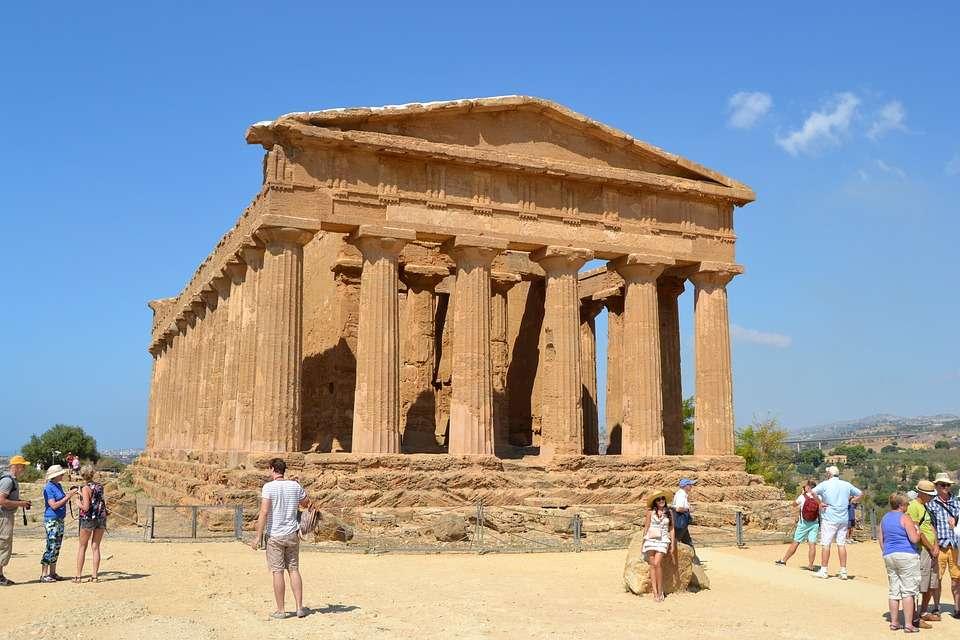 Αρχαίος ελληνικός ναός στο Αγκριτζέντο, στη νότια ακτή της Σικελίας. Ancient Greek temple at Agrigento, on the south coast of Sicily.