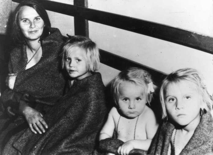 Η εξέγερση στην Ουγγαρία. O άντρας της χάθηκε στην εξέγερση. Η γυναίκα με τα τρία παιδιά της έχουν φθάσει στην Ελβετία. Περί τις 200.000 Ούγγροι διέφυγαν στη Δύση κατά την εισβολή των Σοβιετικών τον Νοέμβριο του 1956.