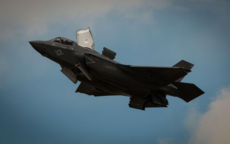 Πολλά έχουν ακουστεί για την επιλογή F-35, άλλα υπέρ και άλλα κατά. Απ' ότι φαίνεται, οι αρετές του είναι μεγάλες. Η τεχνολογία στελθ θα προσφέρει ένα στρατηγικό πλεονέκτημα στην Ελλάδα και θα αναβαθμίσει –μεταξύ άλλων– την ικανότητά της να προσβάλλει στόχους στο εσωτερικό της Τουρκίας.