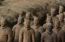 Η θέση των διανοουμένων ομάδων στην Κίνα «καθορίστηκε» ιστορικά από τις πραχτικές μορφές δράσης που πήρε η υλική οργάνωση τής κουλτούρας. Το πρώτο στοιχείο αυτού του είδους είναι το «ιδεογραφικό» σύστημα γραφής.